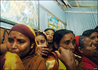 Relatives of cyclone victims mourn at the village of Goyar, 16 November 2007