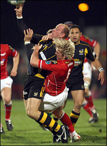 Alix Popham tackles Lawrence Dallaglio as the Scarlets try to get to grips with Wasps