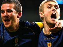 Barry Ferguson celebrates with Darren Fletcher