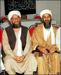 الظواهري وأسامة بن لادن في صورة أرشيفية من عام 1998