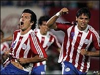 Nelson Haedo y Roque Santa Cruz celebran un gol