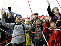 Children wave off whaling vessels, 18 November 2007