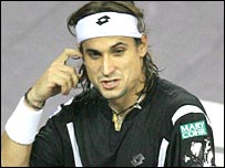 David Ferrer scratches his head against Roger Federer