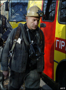 A rescuer proceeds to the Zasyadko mine, 18 November 2007