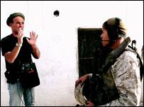 """مخرج الفيلم نيك برومفيلد اثناء اخراج مشهد من فيلم """"معركة حديثة"""""""