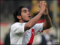Juan Vargas celebra el gol con la mirada al cielo.