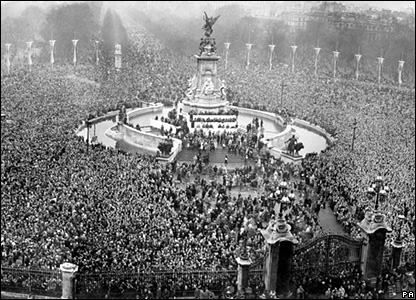 Crowds in front of Buckingham Palace