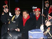 Presidente de Venezuela, Hugo Ch�vez a su llegada a Francia.