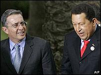Presidentes Álvaro Uribe y Hugo Chávez (archivo).
