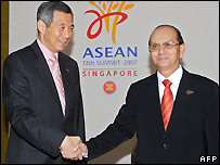 Singapore's PM Lee Hsien Loong (left) shakes hands with Burma's PM Thein Sein - 20/11/2007