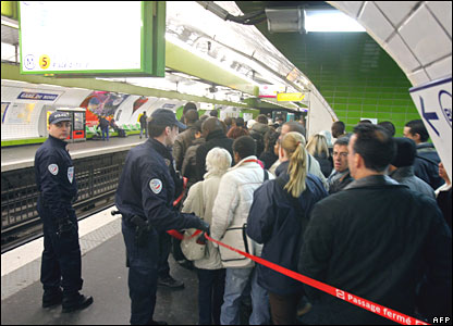Police marshal passengers at Paris Gare du Nord subway station on 20 November 2007