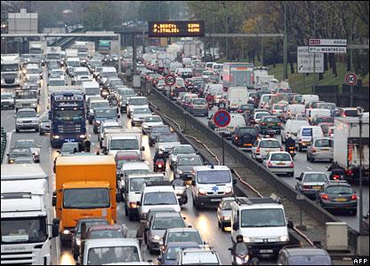 Drivers stuck in traffic jams in Paris on 20 November 2007