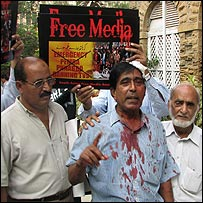 Protesting Karachi journalist
