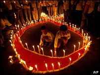 Indians light candles as they participate in the 24th International Aids Candlelight Memorial in New Delhi (May 2007)