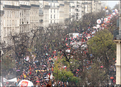 Thousands of people demonstrate in Paris on 20 November 2007