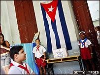 """""""Jóvenes Pioneros"""" de Cuba junto a urna electoral en comicios municipales de octubre 2007."""