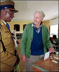 Ian Smith voting in Zimbabwe's 2000 elections