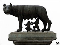 Monumento a Rómulo y Remo con la loba Lupercal