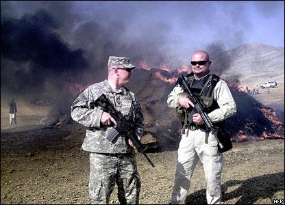 Американские солдаты охраняют горящую кучу гашиша в Джелалабаде (Афганистан)