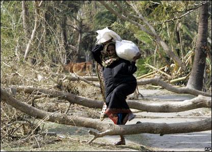 В Бангладеш пострадавшие от циклона на прошлой неделе получают гуманитарную помощь