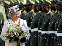 Queen Elizabeth arrives in Kampala for CHOGM 2007