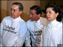 """Alvaro Uribe (l) and Fernando Araujo (c), wearing t-shirts saying """"Freedom without conditions"""", at a rally calling on the Farc to release its hostages"""
