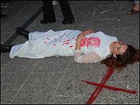 Mujer que simula un femicidio en la manifestaci�n para rechazar la violencia contra las mujeres