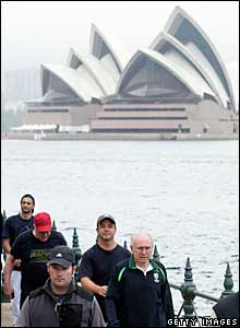 John Howard walks along Sydney harbour, 24 Nov 2007