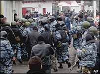 Столкновение митингующих и ОМОНа в Назрани