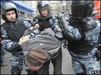 Russian police seize an opposition activist in Moscow 24-11-07