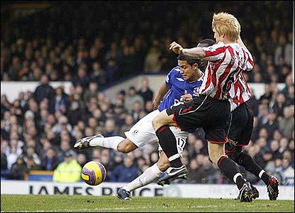 Tim Cahill scores Everton's second