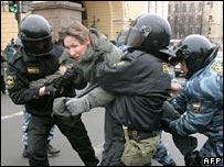 Policía detiene a joven en San Petesburgo (25/11/07)