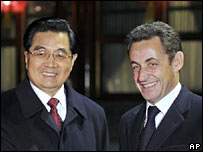 China's President Hu Jintao, left, welcomes his French counterpart Nicolas Sarkozy, 25-11-07.