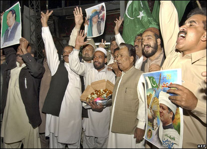 Nawaz Sharif supporters at Lahore airport