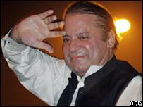 شريف يلوح لأنصاره لدى وصوله إلى لاهور