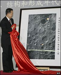 Chinese Premier Wen Jiabao unveils the moon image at the Beijing Aerospace Control Center (26/11/2007)