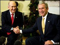 Ehud Olmert (l) and George W Bush meet at the White House (26 November 2007)