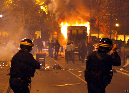 Riot police fire tear gas at rioting youths in Villiers-le-Bel
