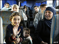Iraqi refugees sit in a bus waiting to return to Iraq from Damascus (27/11/2007)