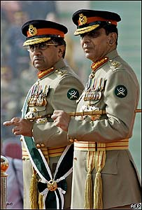 El general Pervez Musharraf (izq) y el general Ashfaq Pervez Kiyani