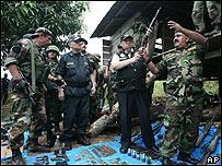 Miembros de la polic�a peruana tras la operaci�n de captura de los guerrilleros