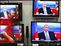 Телевизоры с изображением Владимира Путина в день его 'прямой линии' 18 января