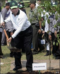 Indonesian President Susilo Bambang Yudhoyono, left, plants a sapling during a tree-planting campaign in Jonggol, West Java