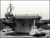 The U.S. aircraft carrier Kitty Hawk is towed by tag boats on her arrival at its home port in Yokosuka, south of Tokyo (27/11/2007)