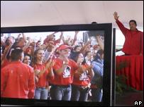 El presidente de Venezuela junto a una pantalla en la que aparecen seguidores suyos