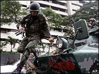 Philippine army troops arrive outside the Peninsula Hotel in Manila on 29 November 2007