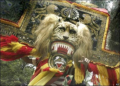 Indonesian dancer performs traditional lion dance during a protest outside the Malaysian embassy in Jakarta, Indonesia,