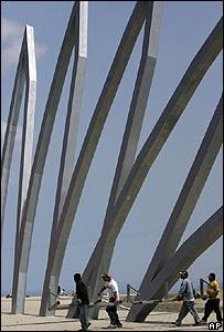 Trabajadores en el nuevo edificio construido en Montecristi para albergar la Asamblea