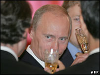 President Putin drinks champagne with foreign envoys in Moscow. Photo: 28/11/07