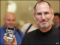 Steve Jobs con la nueva estrella de Apple, el iPhone